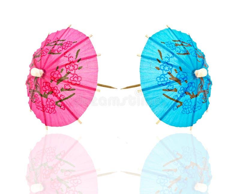 Twee cocktailparaplu, blauw en roze stock afbeeldingen