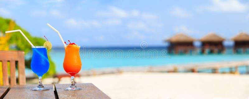 Twee cocktails bij de toevlucht van het luxestrand, breed panorama royalty-vrije stock foto