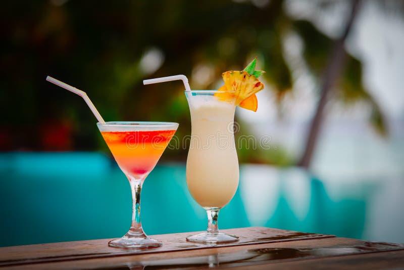 Twee cocktails bij de toevlucht van het luxestrand, luxereis stock foto