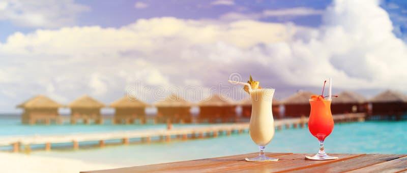 Twee cocktails bij de toevlucht van het luxestrand, panorama royalty-vrije stock afbeelding