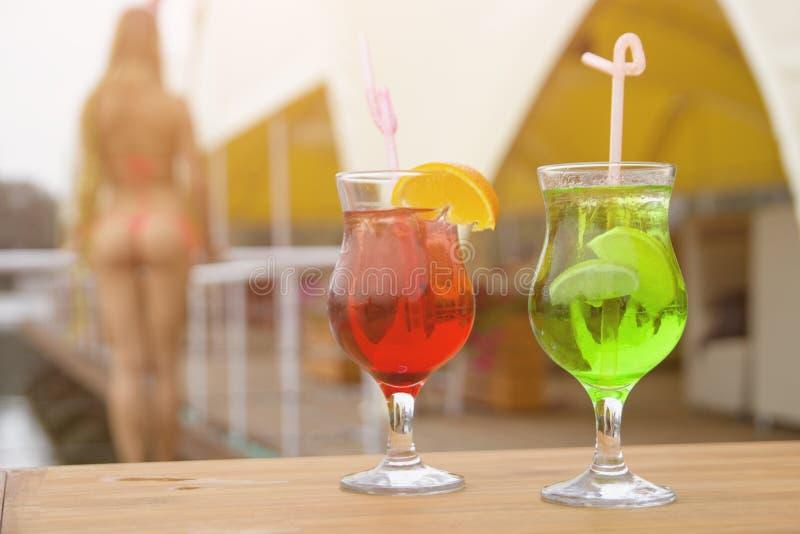 Twee cocktails en een aardige vrouw, close-up stock fotografie