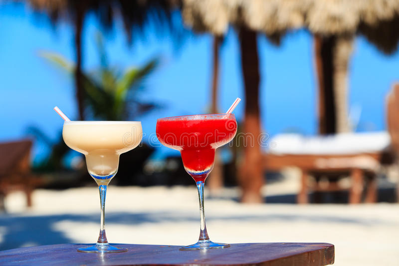 Twee cocktails op luxe tropisch strand stock foto
