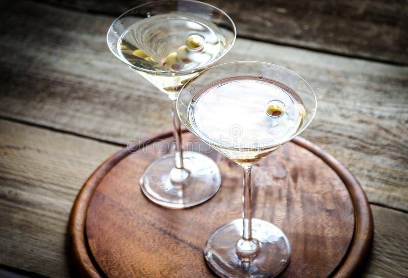 Twee cocktails van olijfmartini stock afbeeldingen