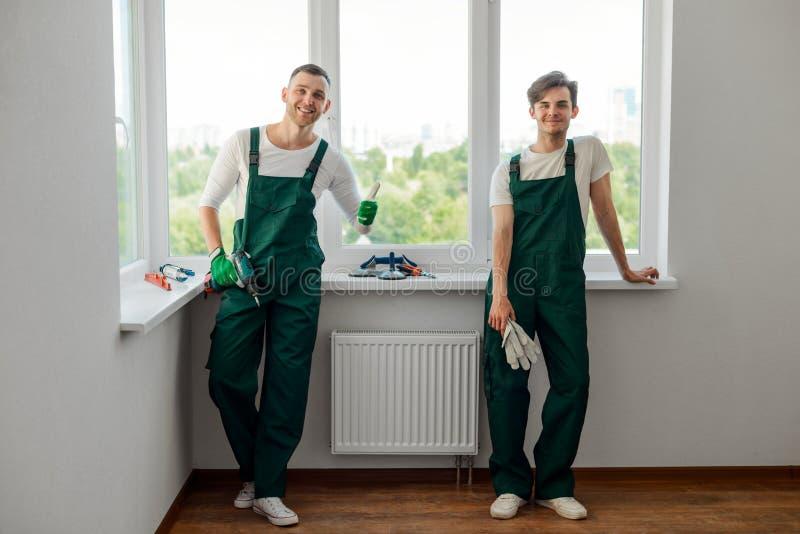 Twee collega's die huisreparatie doen stock fotografie