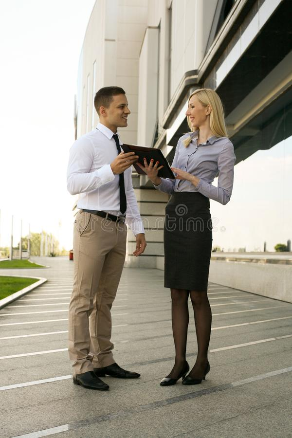 Twee collega's in het werk stock afbeelding