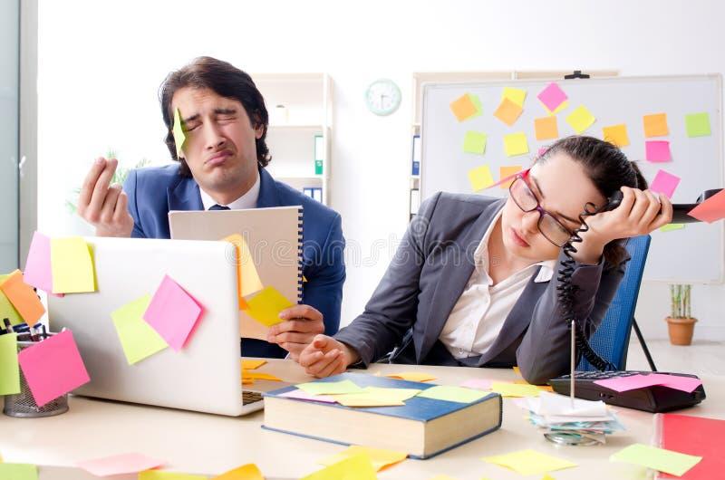 Twee collega'swerknemers die in het bureau werken stock foto