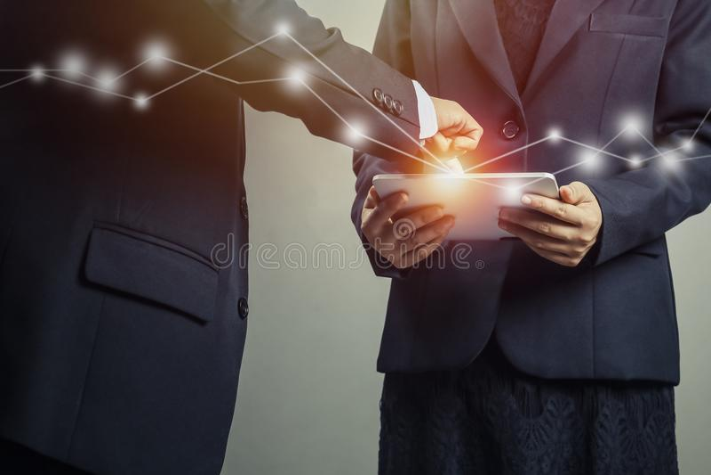Twee commerciële mensen en stad die, die op tablet kijken en over project van zaken, concept als sociale verbinding raadplegen en stock afbeeldingen
