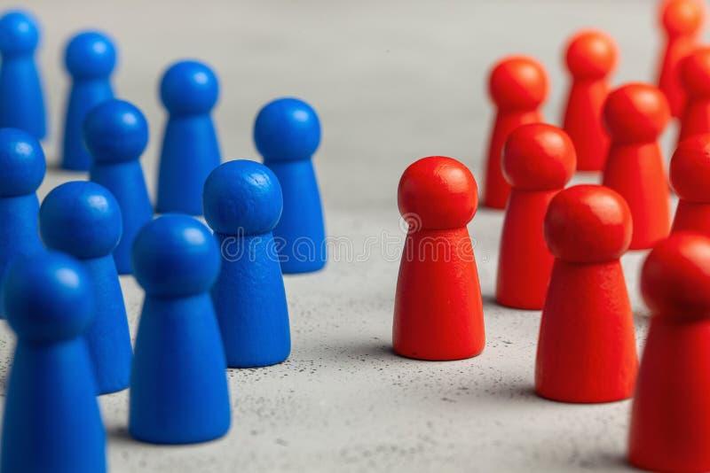 Twee commerciële teams zien elkaar onder ogen Het concept de concurrentie, confrontatie in zaken stock foto's