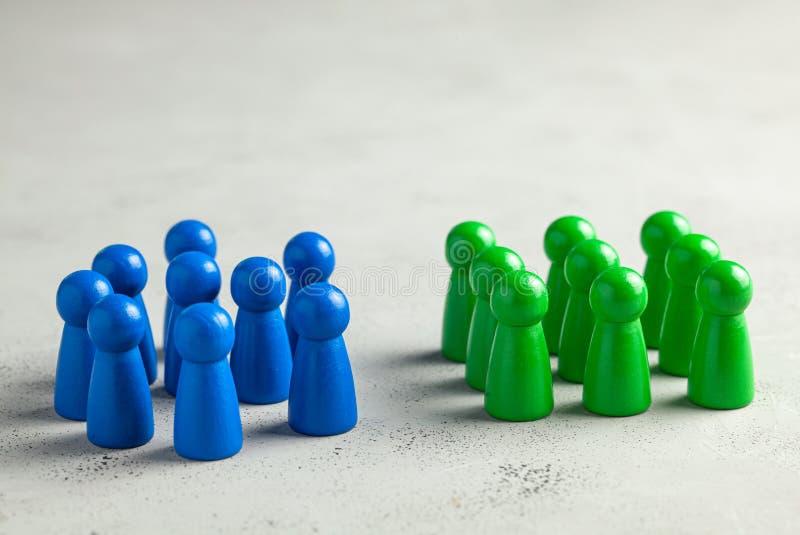 Twee commerci?le teams Één groep samengesteld personeel en willekeurig verspreide andere en tribune royalty-vrije stock afbeelding