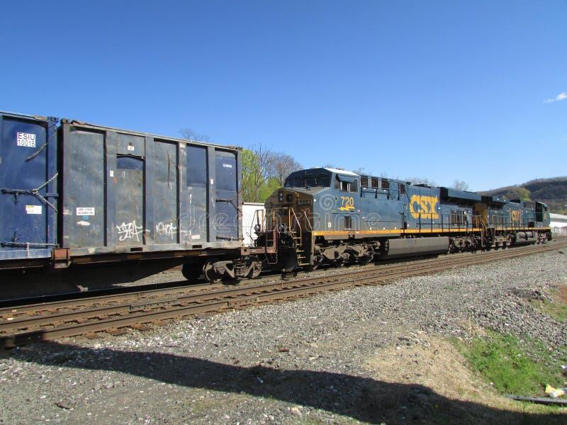 Twee CSX-locomotieven die ladingstrein in het Westen Haverstraw, NY trekken stock fotografie