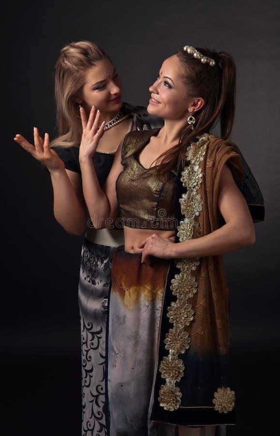 Twee dansende jonge vrouwen in het nationale Indische kostuum royalty-vrije stock foto's