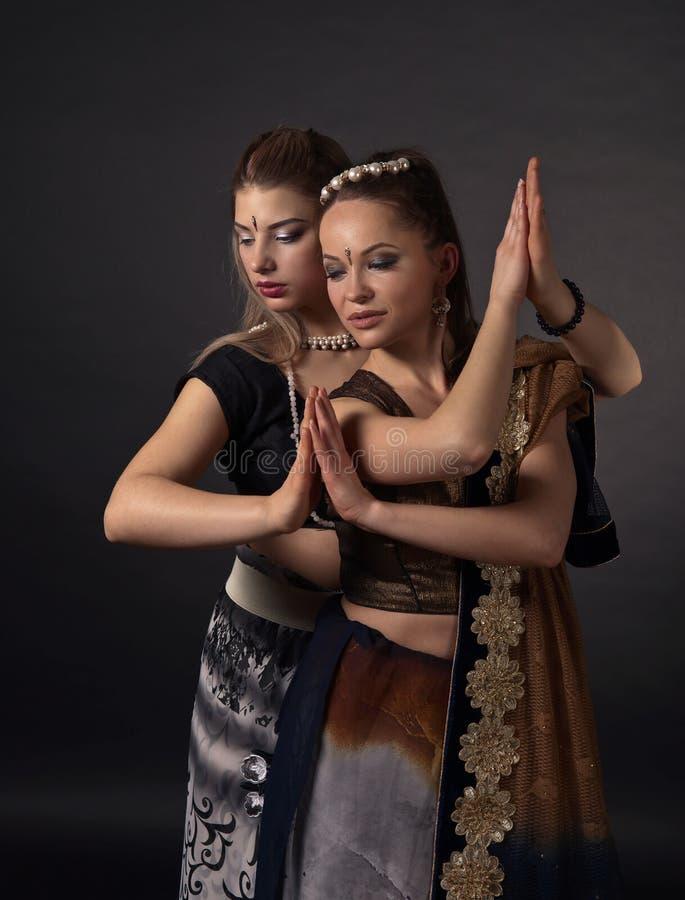 Twee dansende jonge vrouwen in het nationale Indische kostuum royalty-vrije stock fotografie