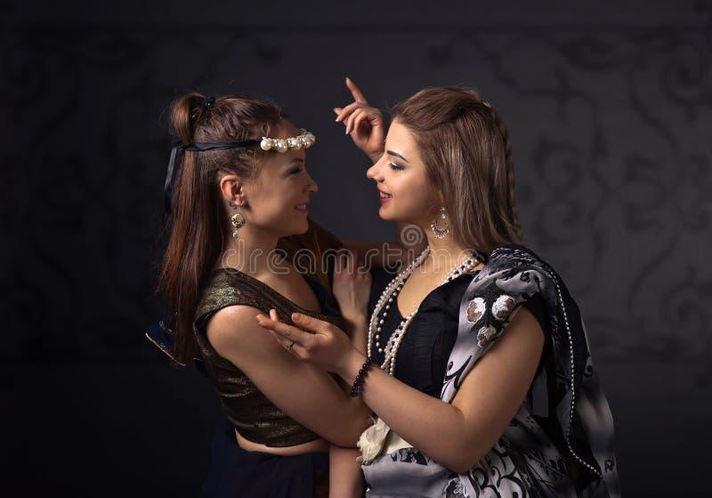 Twee dansende jonge vrouwen in het nationale Indische kostuum stock foto's