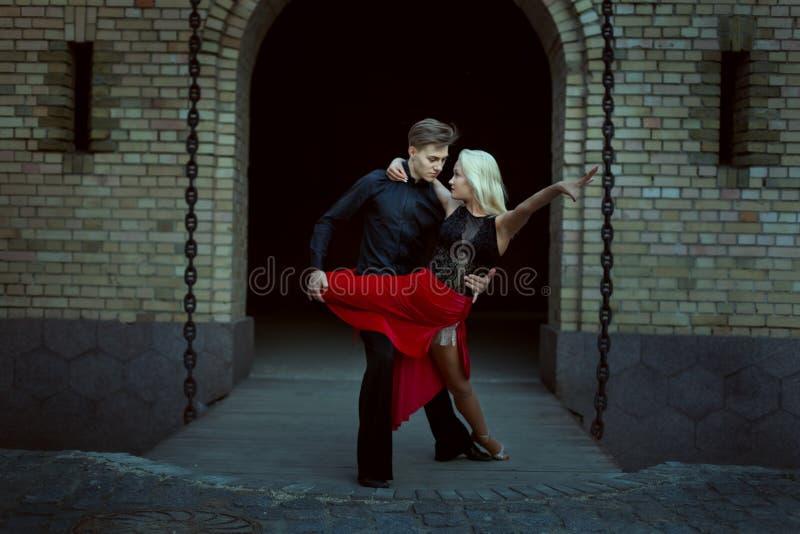 Twee dansers tijdens de dans stock foto's