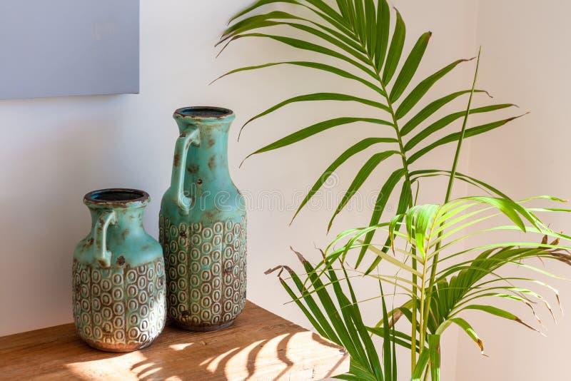 Twee decoratieve vazen op houten lijst royalty-vrije stock afbeelding