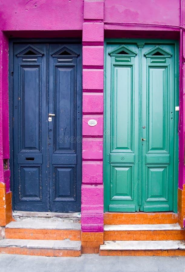 Twee deuren en vier kleuren royalty-vrije stock foto's