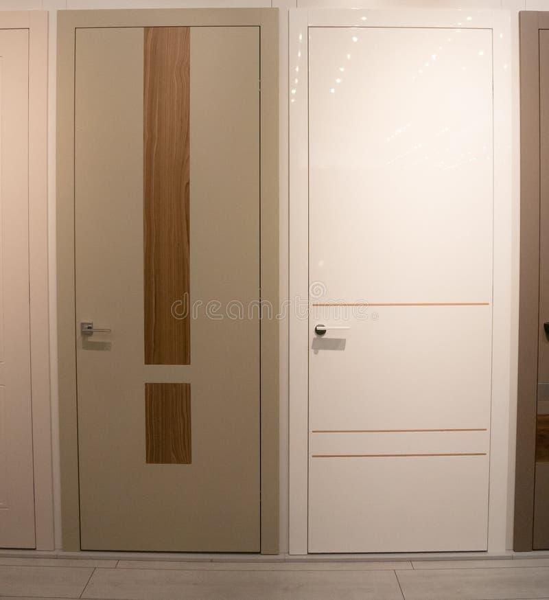 Twee deuren van de huisruimte voor verkoop bij de toonzaal van de meubilairopslag royalty-vrije stock afbeeldingen