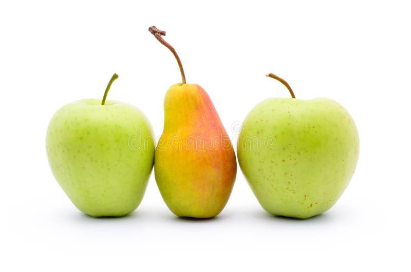 Twee die appelen en peer op witte achtergrond worden geïsoleerd royalty-vrije stock fotografie