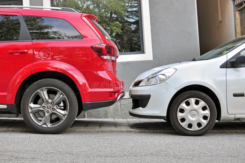 Twee die auto's in de straat worden geparkeerd stock foto's