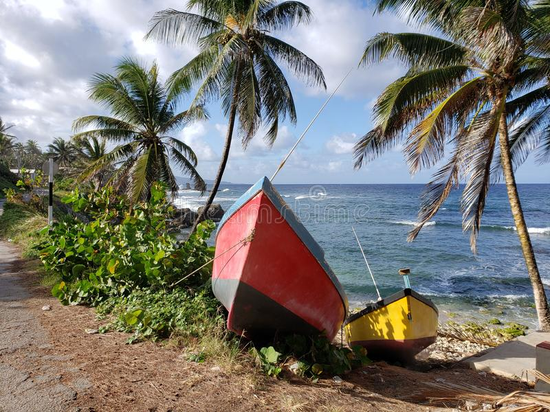 Twee die botenland op de kust van Bathsheba Barbados wordt gedokt stock afbeeldingen