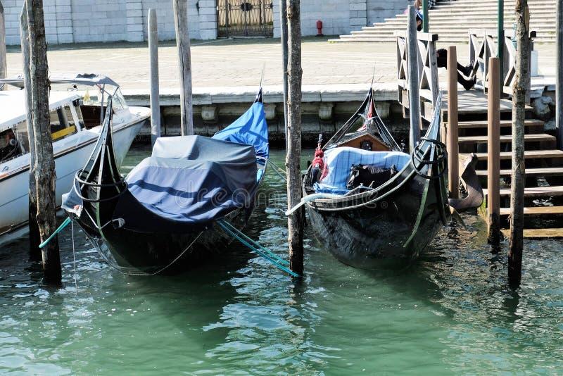 Twee die gondels op Grand Canal in Venetië, Italië worden vastgelegd stock foto's