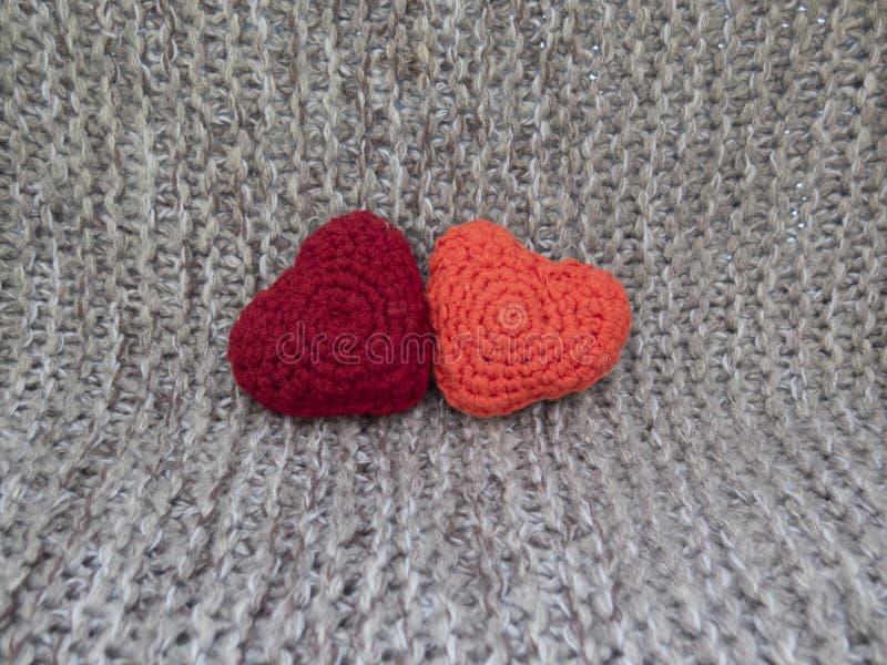 Twee die harten van de wol op een grijze achtergrond worden verbonden royalty-vrije stock foto's