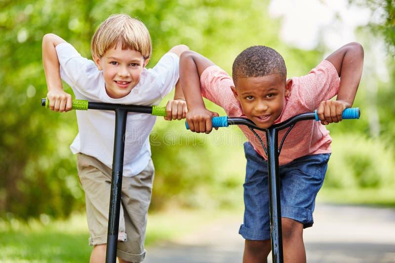 Twee die jongens over ras worden opgewekt stock foto's
