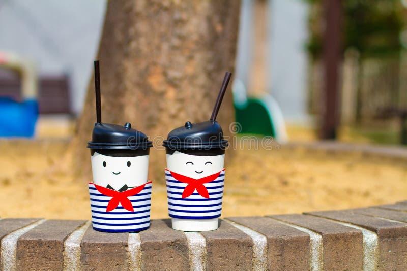 Twee die koppen van koffie als vrienden worden gestileerd stock fotografie