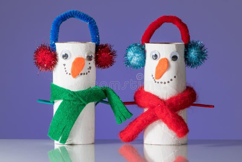 Twee die pinguïnen van toiletpapierbroodje door een kind worden gemaakt royalty-vrije stock afbeeldingen