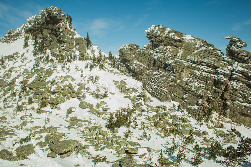 Twee die rotsen met sneeuw worden behandeld stock foto