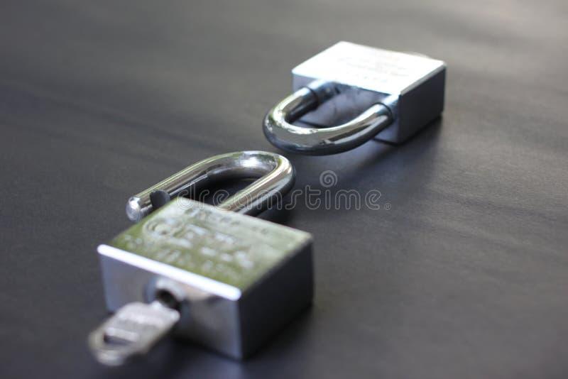 Twee die sleutels niet op succes in zaken worden gesloten en worden gesloten en hebben I stock foto's