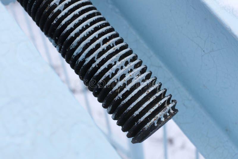 Twee die staalkabels door losse riemen worden verbonden stock foto