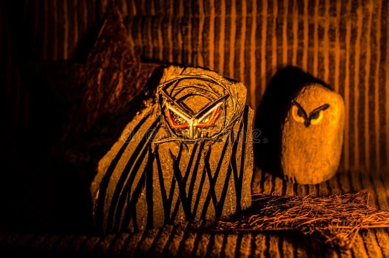 Twee die uilen van steen worden gebeeldhouwd royalty-vrije stock foto