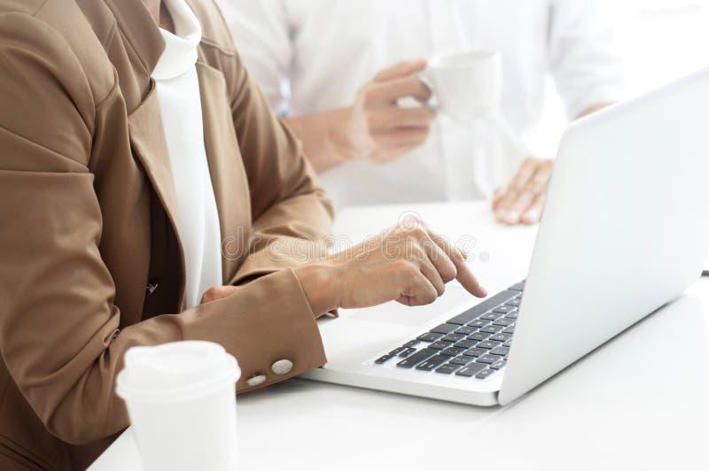 Twee directeurenvriendschap bij een koffie of werken ruimte en het bespreken van een project royalty-vrije stock foto