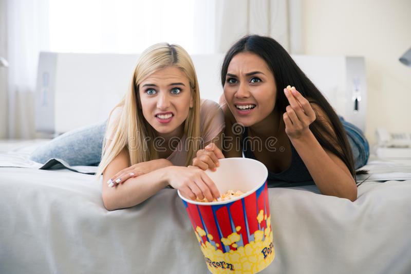 Twee doen schrikken meisjes die op film letten royalty-vrije stock foto's
