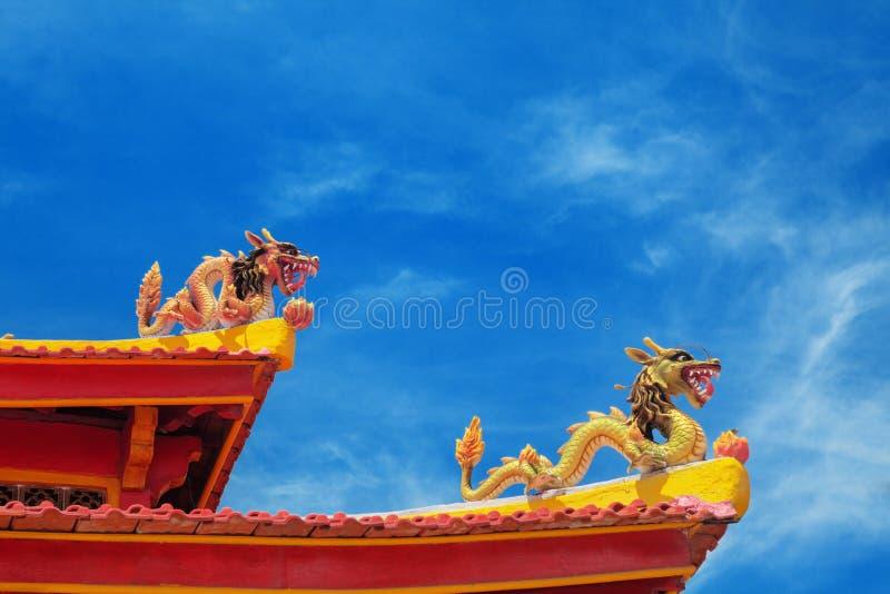 Twee draken op het dak van een Boeddhistische tempel stock fotografie