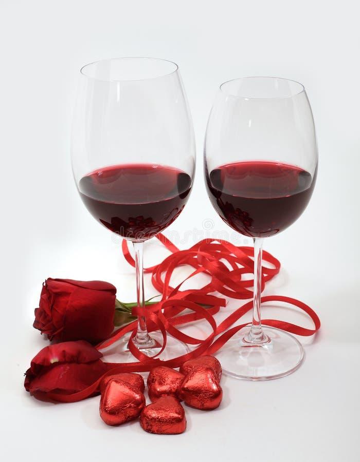 Twee drinkbekers met rode wijn royalty-vrije stock foto's