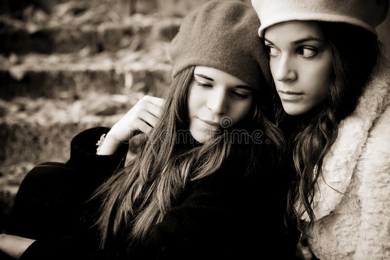 Twee droevige meisjes royalty-vrije stock fotografie