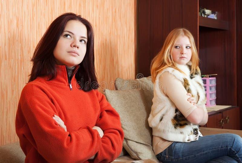 Twee droevige meisjes die ruzie hebben royalty-vrije stock afbeelding