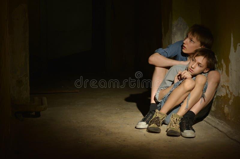 Twee eenzame jongens stock afbeelding