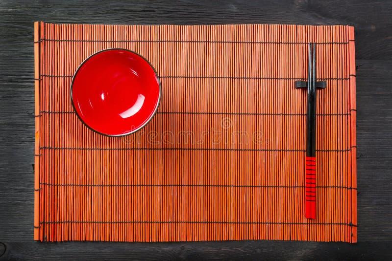 Twee eetstokjes op sushimat royalty-vrije stock foto