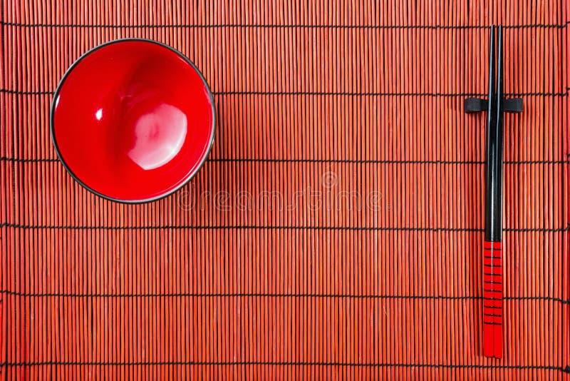 Twee eetstokjes op sushimat royalty-vrije stock fotografie