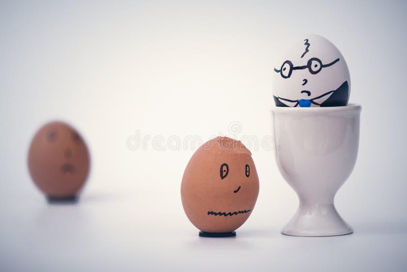 Twee eieren witte chef- en zwarte werknemer Rassendiscriminatie op de werkplaats royalty-vrije stock foto