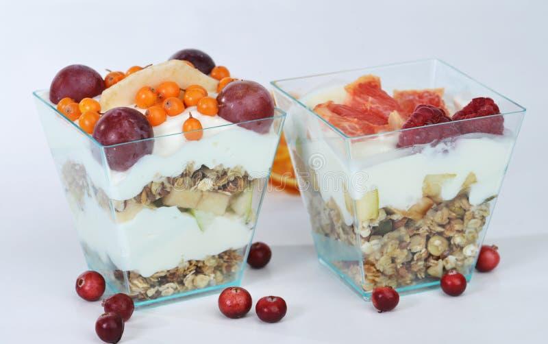 Twee eigengemaakt granola heerlijk dessert met yoghurt, grapefruit a stock afbeelding
