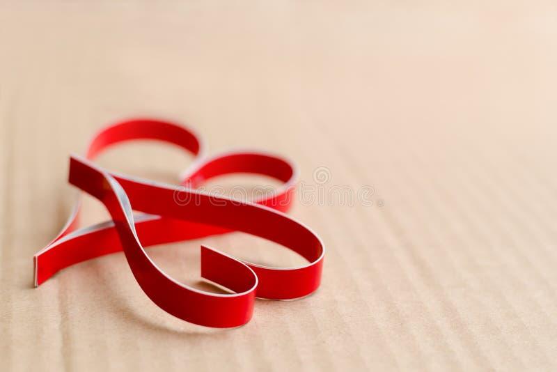 Twee eigengemaakte document rode harten op een kartonachtergrond sluiten omhoog, het symbool van de Dag van Valentine royalty-vrije stock foto
