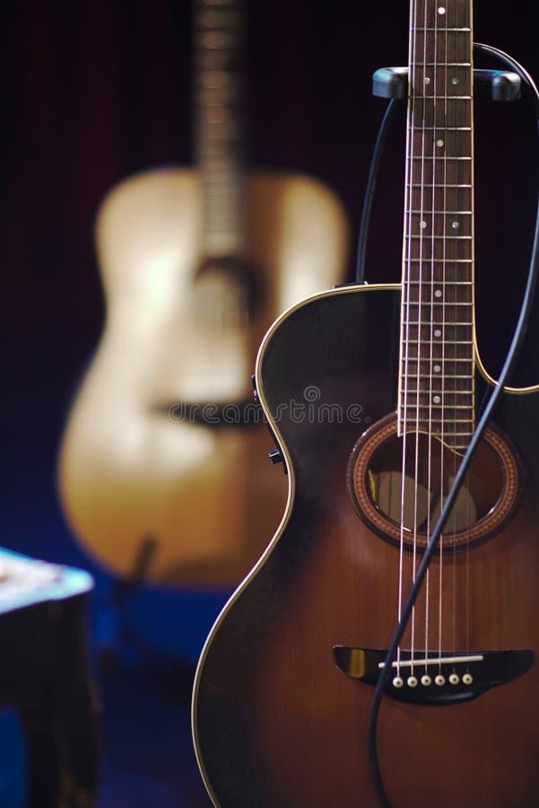 Twee electro-acoustic houten stroken status stock foto's