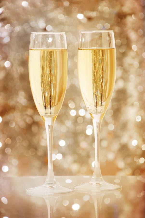 Twee elegante champagneglazen stock afbeeldingen