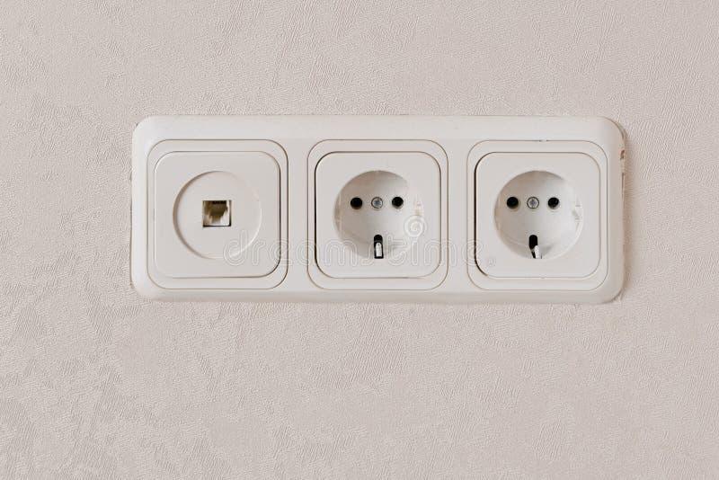 Twee elektrische afzet op de norm van de muureu en telefoonstop stock afbeelding
