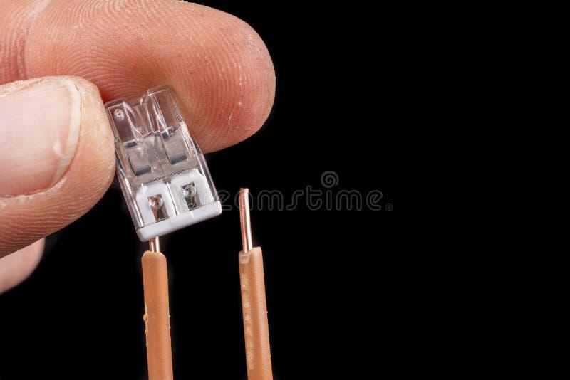 Twee elektrische draden van koper, verbonden met een klem De methode voor het aansluiten van elektrische installaties stock foto's