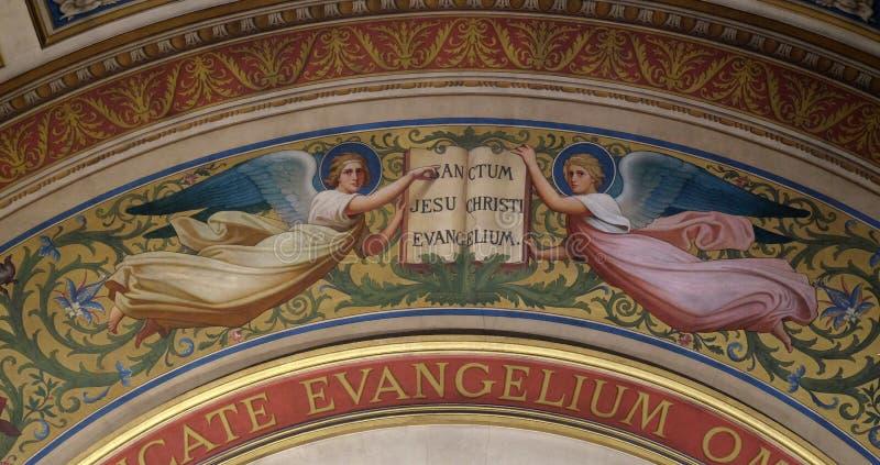Twee Engelen Ondersteunend het Boek van de Evangelies door Romain Cazes royalty-vrije stock foto
